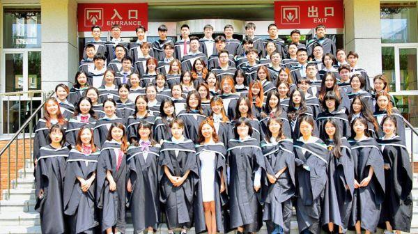 中国医科大学-英国女王大学联合学院(CQC)的线上毕业典礼迎来历届最多的毕业生